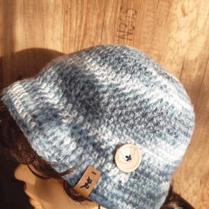 Női sapka vagy kalap: Laura, Táska, Divat & Szépség, Ruha, divat, Sál, sapka, kesztyű, Sál, Sapka, Horgolás, Egyszerű, kék, színátmenetes kalapka, szolid gombbal. Pihepuha, gyapjús fonálból.\nSaját tervezésű, e..., Meska