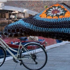 Legjobb őszi ajándék! Nyeregsapi, nyereg huzat, kerékpár kiegészítő ajándék, Biciklis táska, Biciklis & Sporttáska, Táska & Tok, Horgolás, Kötés, Aprólékos munkával horgoltam ezt a  menő,  kényelmet biztosító gyapjú nyereg huzatot. Különleges meg..., Meska