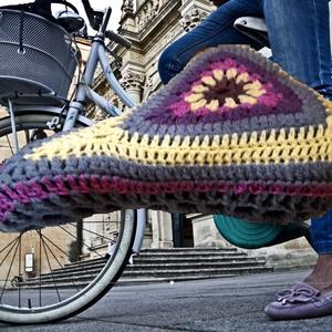 Sandra nyeregsapi, nyereg huzat, kerékpár kiegészítő ajándék, Biciklis táska, Biciklis & Sporttáska, Táska & Tok, Horgolás, Kötés, Aprólékos munkával horgoltam ezt a  menő,  kényelmet biztosító nyereg huzatot.  Könnyen kezelhető: a..., Meska