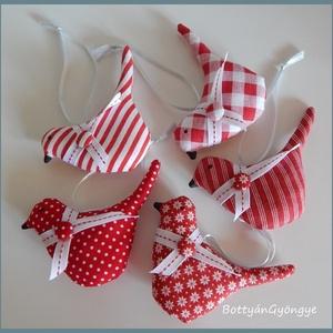 Piros mintás madárkák , Otthon & Lakás, Karácsony & Mikulás, Karácsonyi dekoráció, Varrás, Karácsonyt váró madárkákat készítettem design textilekből, szalaggal és bevont gomb díszítéssel.\nIga..., Meska