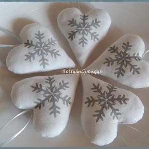 Karácsonyi hópelyhes szívek - nagy, Otthon & Lakás, Karácsony & Mikulás, Karácsonyi dekoráció, Varrás, Most fehér textilre szürke színű textilfestékkel hópelyheket stencileztem\nAkár az adventi lakásdekor..., Meska