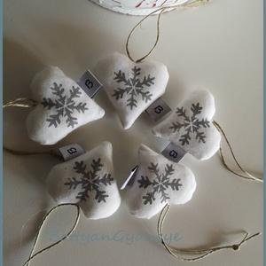 Karácsonyi hópelyhes szívek - szürke, Otthon & Lakás, Karácsony & Mikulás, Karácsonyfadísz, Varrás, Most fehér textilre szürke színű textilfestékkel hópelyheket stencileztem\nAkár az adventi lakásdekor..., Meska