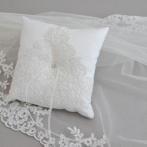 Gyűrűpárna - francia csipkével díszítve, Esküvő, Ékszer, Eljegyzési gyűrű, Varrás, Hímzés, Klasszikus elegancia ami tökéletesen passzol hagyományos és vintage esküvőhöz egyaránt. Most lehetős..., Meska