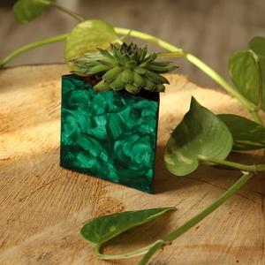 Smaragd hullámok - háromszög kaspó, Otthon & lakás, Dekoráció, Lakberendezés, Kaspó, virágtartó, váza, korsó, cserép, Újrahasznosított alapanyagból készült termékek, Fémmegmunkálás, Izgalmas háromszög formájú, különleges technikával készült kaspó, amely fényes smaragdzöld felülete..., Meska