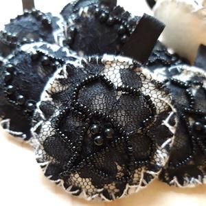 Levendulás párnácskák egyedi szütyővel, Otthon & Lakás, Tárolás & Rendszerezés, Gyöngyfűzés, gyöngyhímzés, Vaj színű filc alapon fekete csipkével díszített, gyöngyökkel hímzett , levendulával töltött párnács..., Meska