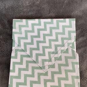 Zöld cikkcakkos újraszalvéta, NoWaste, Textilek, Textil tároló, Varrás, A szalvéta egyik oldala pamutvászonból, míg a belső oldala pul anyagból van, így frissen tartja a be..., Meska