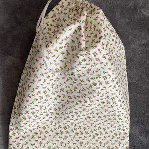 Piros virágos kenyeres zsák (30x45 cm), Táska & Tok, Bevásárlás & Shopper táska, Kenyeres zsák, Varrás, A tasak egyik oldala pamutvászonból, míg a belső oldala pul anyagból készült, így frissen tartja, am..., Meska
