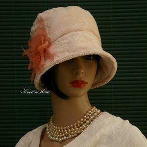 """WELLSOFT cloche - flapper kalap / bézs, Ruha & Divat, Sál, Sapka, Kendő, Kalap, Varrás, Az 1920-as évek divatja köszön vissza \""""Mara\"""" fantázianevű, kis-karimás, fejhez simuló design-kalapja..., Meska"""