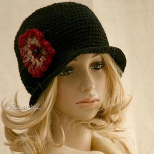 SZELLŐRÓZSA - kézműves flapper kalap / fekete, Ruha & Divat, Sál, Sapka, Kendő, Kalap, Horgolás, Hollófekete kalapocska  könnyű, pamutos fonalból merevre horgolva..\nA 20-as évek flapper-kalapjának ..., Meska
