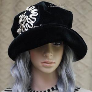 """ANDERSEN - romantikus bársonykalap szalagcsipkével, Kalap, Sál, Sapka, Kendő, Ruha & Divat, Varrás, Fekete bársonyból terveztem ezt a romantikus \""""mesebeli\"""" kalapom.\nLátványos fehér-szalagos csipkével ..., Meska"""