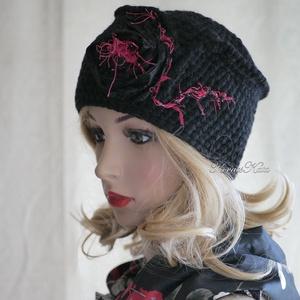 ISADORA - horgolt design-kalap , Ruha & Divat, Sál, Sapka, Kendő, Kalap, Hollófekete tiszta-gyapjúból horgoltam ezt az elegáns, formára varrt, taft-rózsával és piros szempil..., Meska