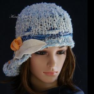 CLOCHE-ART kötött kalap /  világos-kékek, Sál, Sapka, Kendő, Ruha & Divat, Sapka, Kötés, A \'20-as évek flapper-stílusában, aszimmetrikus karimával készült ez a puha, könnyű sapi a világos-k..., Meska
