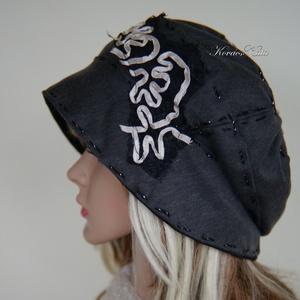 HEXE - design-kalap / grafit-szürke, Táska, Divat & Szépség, Ruha, divat, Női ruha, Sál, sapka, kesztyű, Sapka, Kétrétegű, grafit-szürke-fekete pamut-jersey kalapka szalagos csipke-dekorációval, kézi-tűzésekkel, ..., Meska