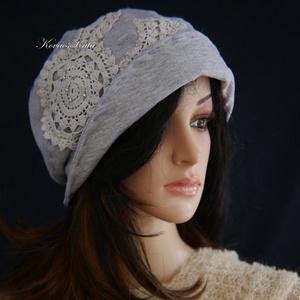 CATRINA - applikált design kalap / szürke, Kalap, Sál, Sapka, Kendő, Ruha & Divat, Varrás, Újrahasznosított alapanyagból készült termékek, Az 1920-as évek flapper stílusában tervezett, mélyen fejbe húzható kalapocska puha, galambszürke mel..., Meska
