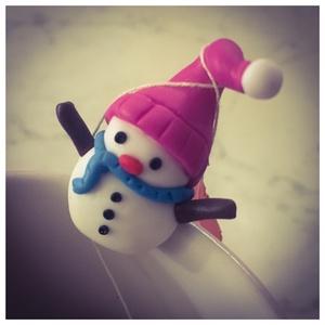 Hóemberes Teafilter Tartó, Dekoráció, Otthon & lakás, Ünnepi dekoráció, Karácsony, Karácsonyi dekoráció, Gyurma, FIMO süthető gyurmából készített hóember formájú teafilter tartó.\n\nHasználat: ahogyan a képeken is l..., Meska