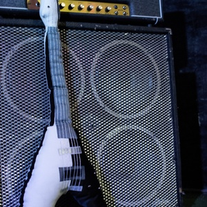 Gitár alakú párna - Fekete-fehér Gibson Flying V típusú gitár párna, Lakberendezés, Otthon & lakás, Egyéb, Hangszer, zene, Varrás, Rock Párna / Fekete-fehér Gibson Flying V típusú Gitár Párna\nRudolf Schenker (Scorpions) signature g..., Meska