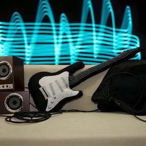 Gitár alakú párna - Fekete színű, élethű nagyságú Fender Stratocaster típusú Gitár Párna , Mindenmás, Otthon, lakberendezés, Férfiaknak, Hangszer, zene, Varrás, Rock Párna / Fekete színű Fender Stratocaster típusú Gitár Párna  Test anyaga: fekete színű textil ..., Meska