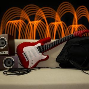 Gitár alakú párna - Piros színű, élethű nagyságú Fender Stratocaster típusú Gitár Párna , Férfiaknak, Bútor, Otthon & lakás, Egyéb, Hangszer, zene, Varrás, Rock Párna / Piros színű Fender Stratocaster típusú Gitár Párna\n\nTest anyaga: piros színű textil, \nK..., Meska
