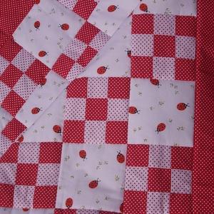 Patchwork takaró és párna - katica mintával, piros-fehér pöttyös, Gyerek & játék, Gyerekszoba, Falvédő, takaró, Varrás, Patchwork, foltvarrás, Egyedi készítésű patchwork takaró és párna.\nKatica mintás anyag, piros-fehér pöttyös anyaggal összed..., Meska