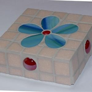 Mozaik ajtótámasz, dísz, Otthon & lakás, Dekoráció, Lakberendezés, Mozaik, Öntött beton kocka ( 10 X 10 cm ) üvegmozaikkal és spectrum üveggel díszítve. Ajtótámasznak vagy csa..., Meska