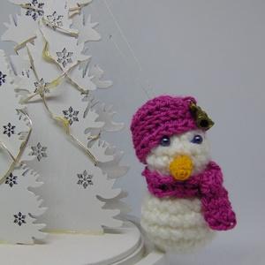 """Hóember dísz (lány), Otthon & Lakás, Dekoráció, Függődísz, Horgolás, Felfüggeszthető lány hóember csinos sapkával, sállal és csengős \""""fityegővel.\""""\nSzolgálhat gyerekszoba..., Meska"""