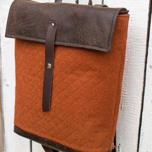 NINOX kollekció - téglaszínű anyagában steppelt szövet-barna bőr hátizsák, Minimál hátizsák (buboxa) - Meska.hu