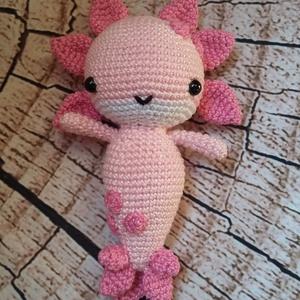Horgolt Axolotl (Mexikói vízi kutya), Gyerek & játék, Játék, Játékfigura, Plüssállat, rongyjáték, Horgolás, A termék mérete:\nMagassága:17cm\nSzélessége:10cm (fejnél fejdísszel együtt)\n100% prémium pamut fonalb..., Meska