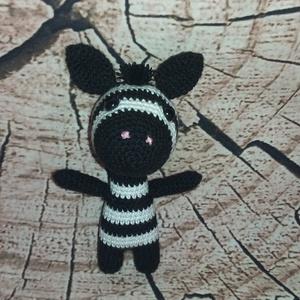 Horgolt zebra kicsi, Más figura, Plüssállat & Játékfigura, Játék & Gyerek, Horgolás, A zebra mérete 13cm \nKellemes puha fonalból készült hipoallergén tömőanyaggal és bizonsági szemekkel..., Meska