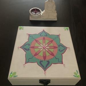 mandalás fehér doboz, Otthon & lakás, Lakberendezés, Tárolóeszköz, Doboz, Festett tárgyak, A natúr dobozt először alapoztam, majd festettem. A belseje halvány zöld színt kapott, kívül pedig f..., Meska
