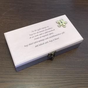 Idézetes fa doboz - Az élet szépsége, Otthon & Lakás, Tárolás & Rendszerezés, Doboz, Festett tárgyak, A natúr dobozt krétafestékkel festettem. A doboz alsó része levendula színt kapott, felül pedig púde..., Meska