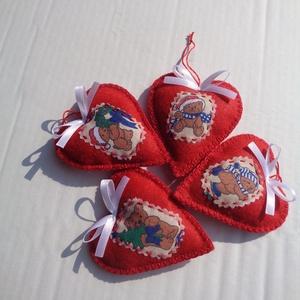 Karácsonyi macik piros filc szíveken, Otthon & lakás, Dekoráció, Ünnepi dekoráció, Karácsony, Karácsonyfadísz, Ajándékkísérő, Karácsonyi dekoráció, Varrás, Filcből varrtam a karácsony klasszikus díszeit, a piros szíveket. Maci mintás pamutvászon rátéttel d..., Meska