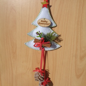 Fehér fenyőfa tobozzal, karácsonyi ajtódísz, Otthon & lakás, Dekoráció, Ünnepi dekoráció, Lakberendezés, Ajtódísz, kopogtató, Karácsony, Karácsonyi dekoráció, Varrás, Mindenmás, Filcből varrtam a 15 cm-es fenyőfát, fatáblával, művirággal, szalaggal, fahéjjal és tobozokkal díszí..., Meska
