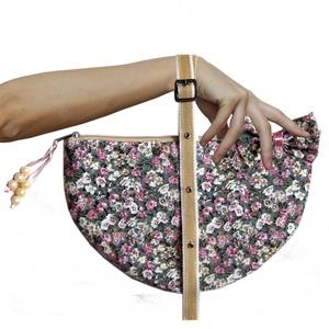 Virágos kistáska állítható pánttal - clutch, Táska, Táska, Divat & Szépség, Neszesszer, Pénztárca, tok, tárca, Varrás, ... el sem hinnéd, mennyi minden belefér!\nRózsás textilből készült félkör alakú táska. \nPántja állít..., Meska
