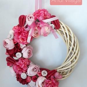 Ajtódísz kopogtató, Otthon & lakás, Lakberendezés, Ajtódísz, kopogtató, Koszorú, Dekoráció, Dísz, Virágkötés, A 25 cm átmérőjű vessző alapra selyem- és szárazvirágokat, és terméseket díszítettem pink piros rózs..., Meska