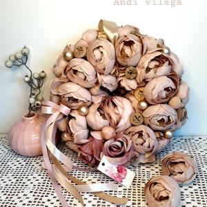 Ajtódísz kopogtató koszorú, Otthon & Lakás, Dekoráció, Ajtódísz & Kopogtató, Virágkötés, Csupa-csupa halvány mályva-capuchinó színű minőségi selyemvirág és egy-két dekorgolyó teszi ünnepivé..., Meska