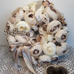Ajtódísz kopogtató koszorú, Otthon & Lakás, Dekoráció, Ajtódísz & Kopogtató, Virágkötés, Csupa-csupa minőségi selyemvirág krémfehér és cappuccino színekben. A koszorú átmerője 30 cm.\n..., Meska