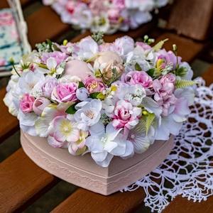 Szív alakú, nyári hangulatú díszdoboz virágokkal , Otthon & lakás, Dekoráció, Dísz, Lakberendezés, Asztaldísz, Virágkötés, Mindenmás, Szív alakú dobozkába, jó minőségű, élethű művirágok felhasználásával készített dekorációs elem, aszt..., Meska