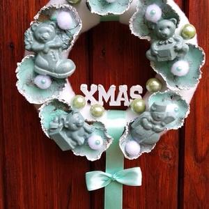 Karácsonyi dísz babaszobába/kisfiú/, Karácsony & Mikulás, Karácsonyi dekoráció, Mindenmás, Pihe-puha anyaggal bevont polisztirol alapra készült koszorú. Babakék színben, festett virágokkal és..., Meska