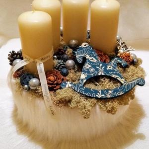 Szőrmés alapú adventi koszorú, Karácsony & Mikulás, Adventi koszorú, Mindenmás, Hosszú fehérszőrmés adventi box .Különlegessége az egyedi hintaló díszítés.A gyertyák mellett\nszárít..., Meska