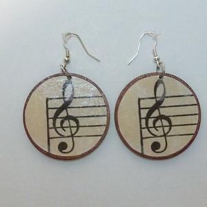 Fülbevaló pár - Violin kulcs, zene, ének, Lógós kerek fülbevaló, Fülbevaló, Ékszer, Ékszerkészítés, Decoupage, transzfer és szalvétatechnika, Violin kulcsot ábrázoló fülbevalópár nem csak zenészeknek!\n\n5 cm átmérőjű, fa alapú fülbevaló.\nAkasz..., Meska