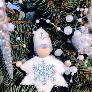 Waldorf Hópehely manó, Karácsonyfadísz, Karácsony & Mikulás, Varrás, Fa golyó fejecskéjű, gyapjúval tömött, gyapjú hajú, filctestű, hajlítható karú kedves kis hópehely m..., Meska