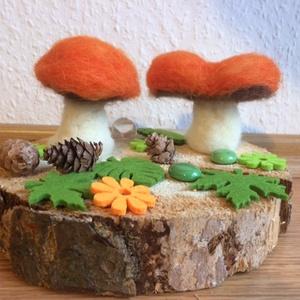 Waldorf gombák- gyapjúból-száraz nemezeléssel, Gyerek & játék, Gyerekszoba, Nemezelés, Gyapjúból nemezelt és mesegyapjúval dekorált két kis narancsos kalapú gomba. Dekorációnak, évszakasz..., Meska