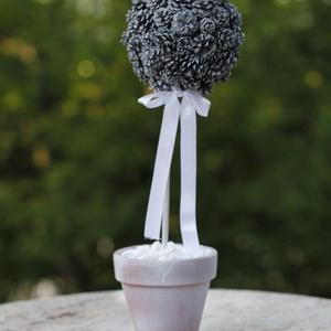 Fehér toboz virág, Csokor & Virágdísz, Dekoráció, Otthon & Lakás, Mindenmás, Virágkötés, Polisztirol golyóra ragasztott mini fenyő tobozok adják a virágot, agyag cserépbe ültetve. A hangula..., Meska