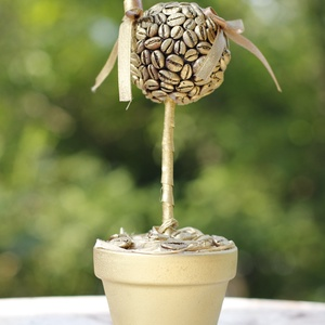 Kávé Lili aranyban, Csokor & Virágdísz, Dekoráció, Otthon & Lakás, Festett tárgyak, Mindenmás, \nKávé virág, aminek a virága polisztirol golyóra ragasztott kávészemek adják, a cserepet és a fejecs..., Meska