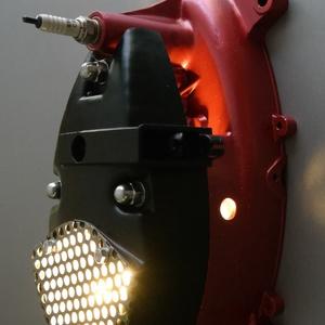 Motor alkatrészből fali lámpa / kulcstartó, Férfiaknak, Lakberendezés, Otthon & lakás, Lámpa, Fali-, mennyezeti lámpa, Mindenmás, Egy kismotor motorblokkjából készítettem ezt a fali lámpa / kulcstartó kombinációt.\n\nA fényezése met..., Meska