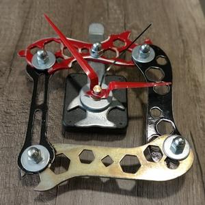 Bicikli / Kerékpár szerszámokból fali óra, Otthon & Lakás, Dekoráció, Falióra & óra, Mindenmás, Régi kerékpáros szerszámokból készítettem ezt az egyedi faliórát. \nA szerszámoknak kicsit kopottas k..., Meska