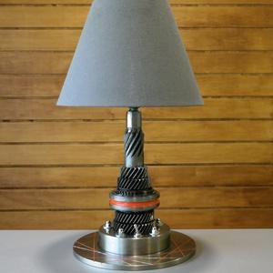 Autó alkatrészből, Fogaskerekekből asztali lámpa, Otthon & Lakás, Lámpa, Asztali lámpa, Mindenmás, Sebességváltó fogaskerekeiből készült ez az asztali lámpa. Alapját egy féktárcsa képezi , ezen kapot..., Meska