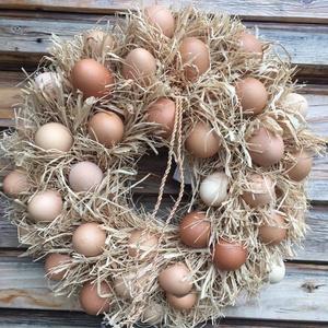 Tavaszi tojáskoszorú, Otthon & Lakás, Dekoráció, Ajtódísz & Kopogtató, Virágkötés, A koszorú teste szénaalap, amit rafiával fontam le és tojás héjjal díszítettem. Átmérője: kb 42 cm\nT..., Meska