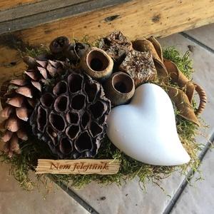 Sírdísz - nem felejtünk , Otthon & Lakás, Dekoráció, Koszorú, Virágkötés, Tartós sirdisz  nem felejtünk táblával , szívvel és szárított termésekkel. , Meska
