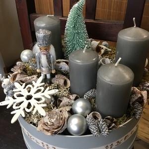 Adventi box - Diótörő , Otthon & Lakás, Dekoráció, Koszorú, Virágkötés, A koszorú alapja virágdoboz, erre kerültek a gyertyák , a szárított termések és a karácsonyi kiegész..., Meska